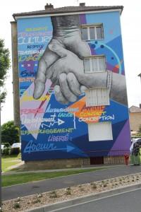 À Montataire, Résidence Biondi, deux fresques monumentales réalisées en 2012 par douze jeunes.